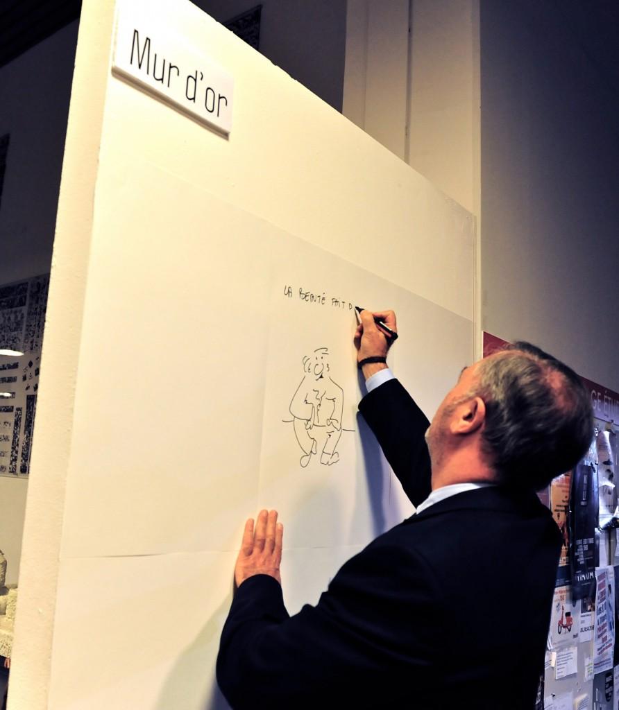 Robert Roux inaugure le mur d'or lors du vernissage